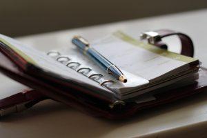 Agenda abierta y un bolígrafo