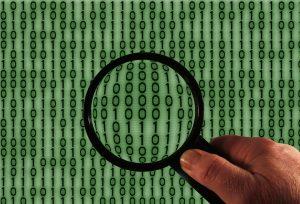 Lupa sobre código binario