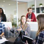 Jóvenes debaten sobre cuál es la mejor solución de Fibra Óptica para empresas