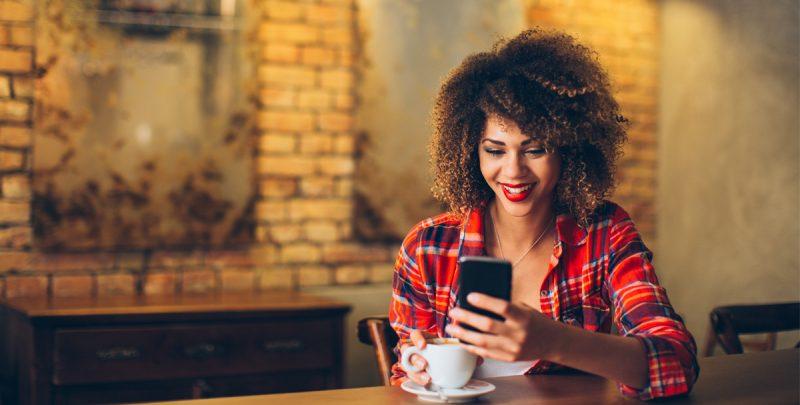 Una mujer consultando una aplicación web progresiva (PWA)