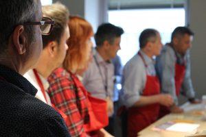 Asistentes al taller para aprender a hacer pan