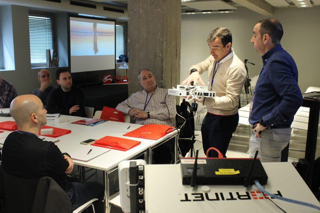 Francisco Javier García en el taller de Fortinet