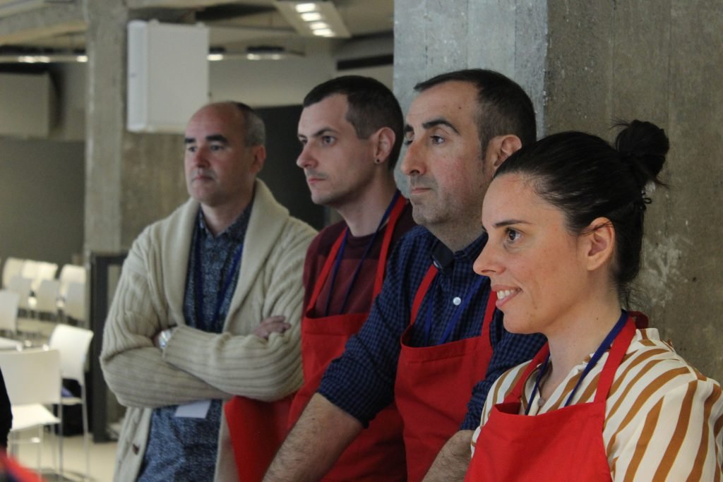 Asistentes al taller para aprender a elaborar pan casero